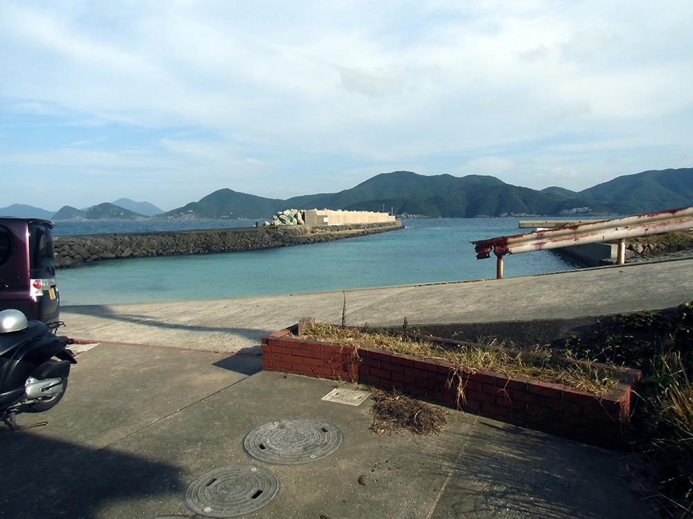 538ステンドグラス工房の前の海