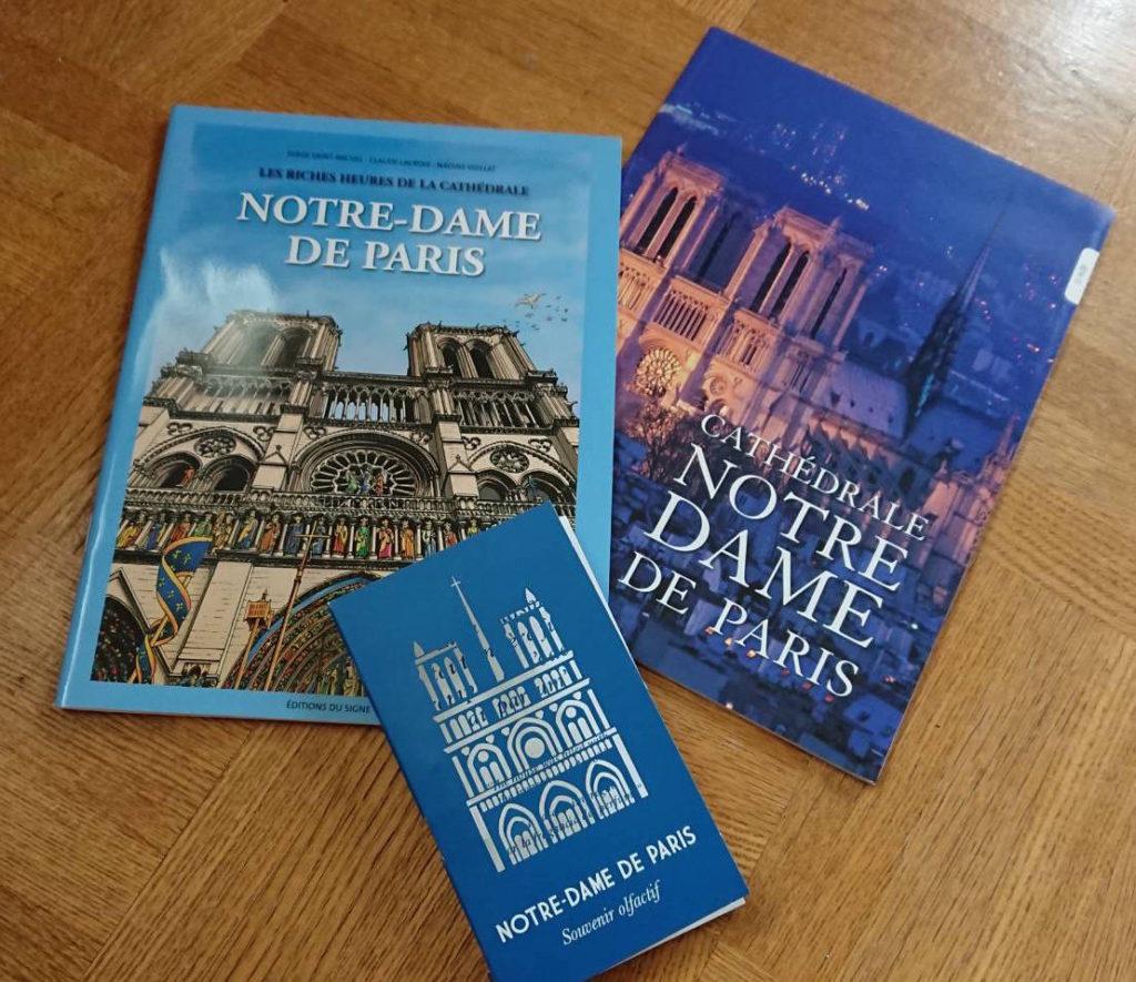 ノートルダム大聖堂で購入した冊子(仏語、日本語)